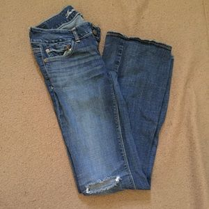 American Eagle Artist distressed jeans in 6 long.